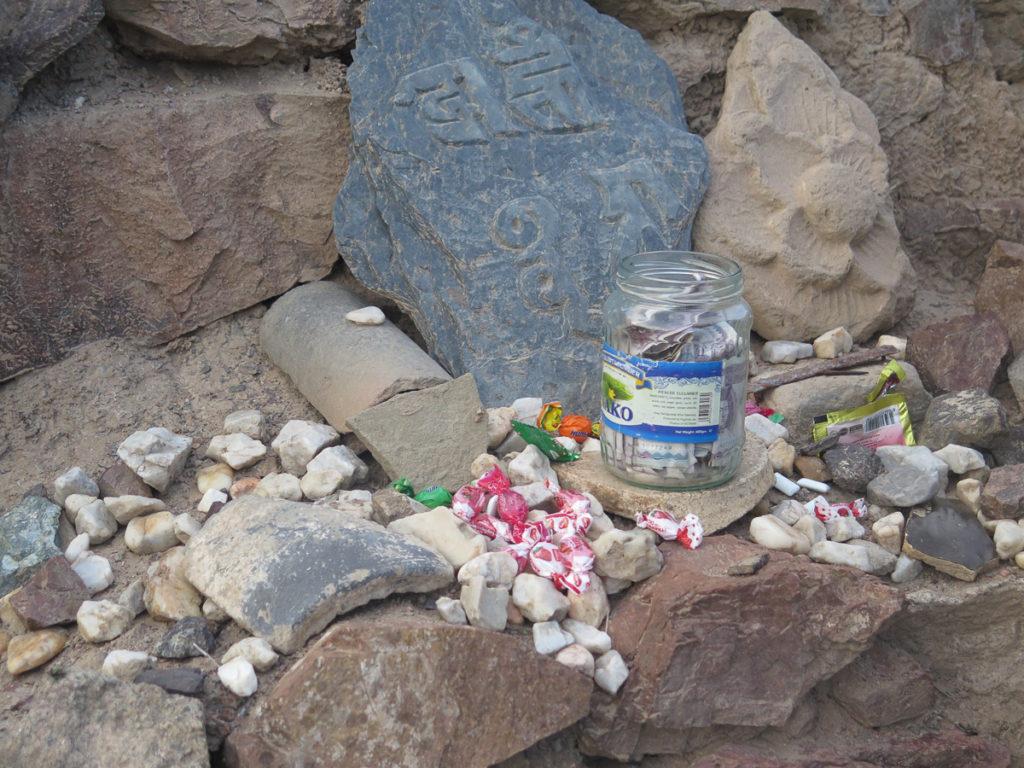 Opfergaben in Kloster Ongi, Steine, Bonbons, Geld