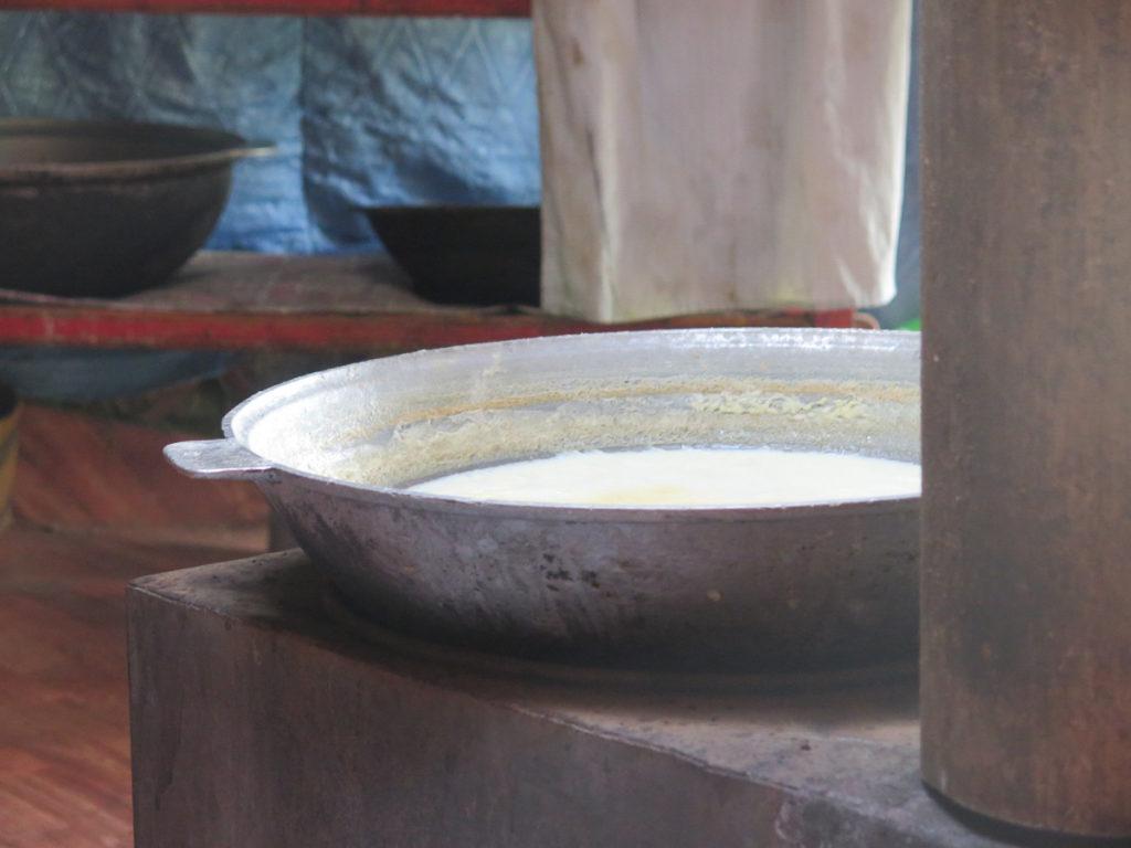Eine Metallschüssel mit Airag drin
