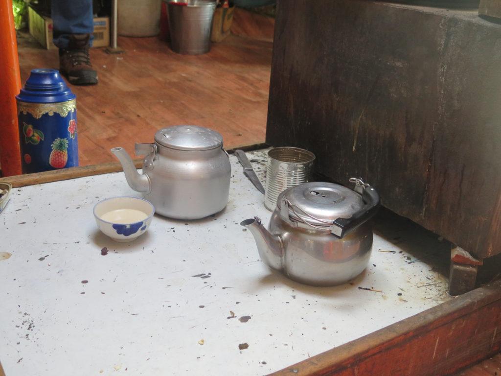 Teekannen aus Metall und Milch bei Nomaden in der Mongolei