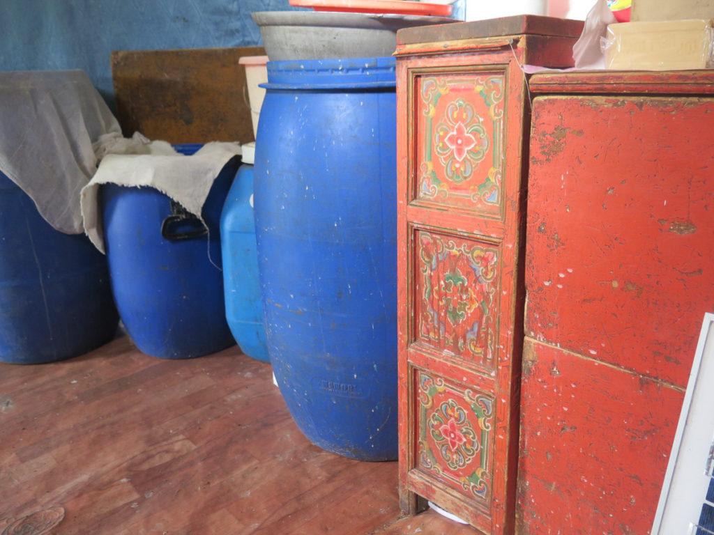 Blaue Tonnen und Orangefarbene traditionelle mongolische Möbel