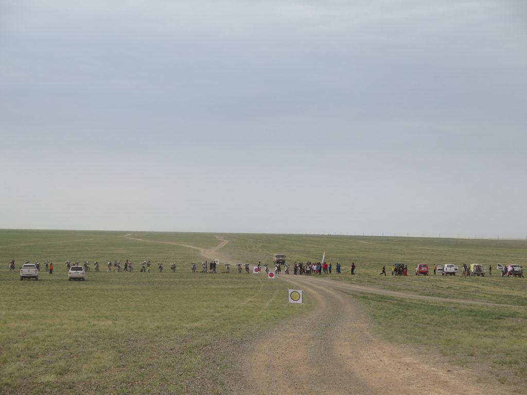 Ralley in der Mongolei, Motorräder aufgereiht für den Start