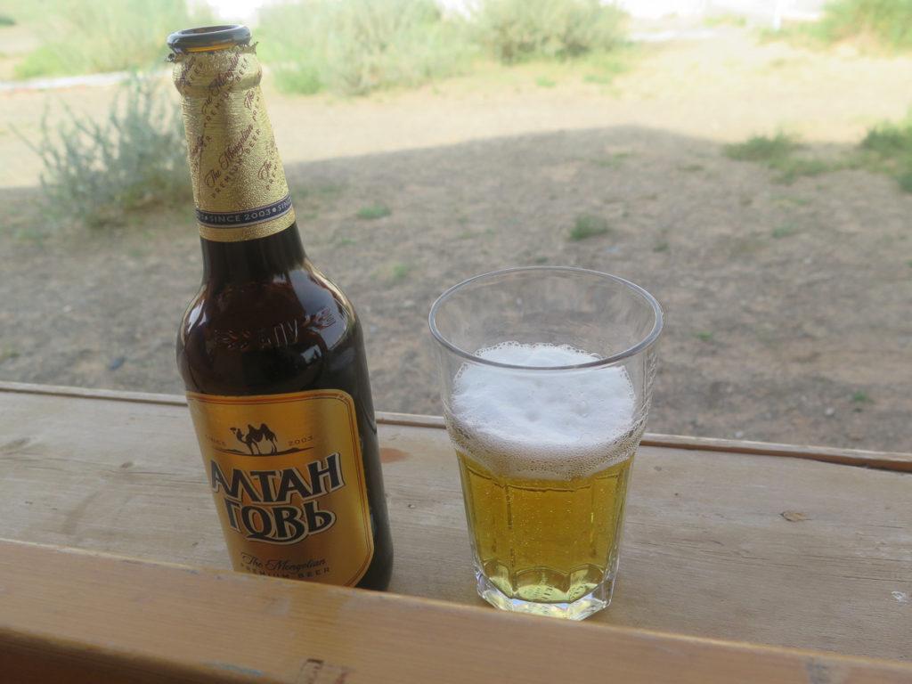 Flasche und Glas mit mongolisches Bier, goldfarbenes Etikett