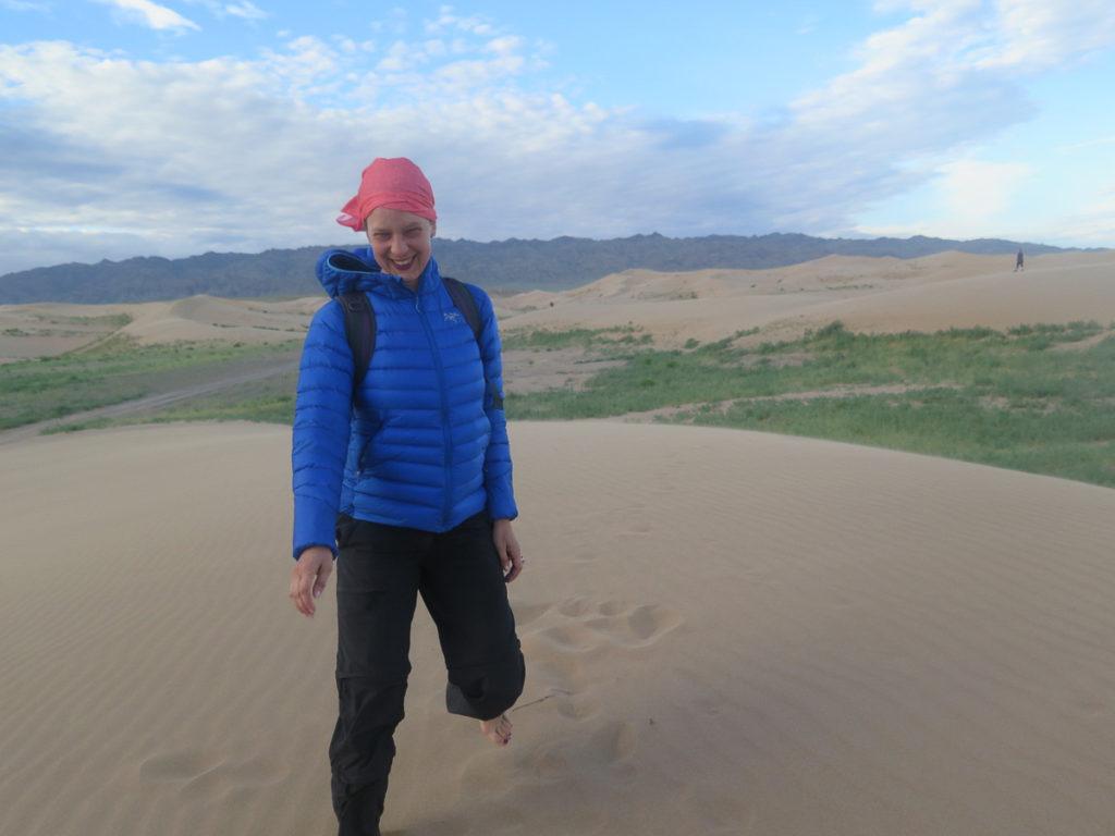 Sanddünen Khongoryn Els, Wüste Gobi, im Vordergrund Frau mit blaue Daunenjacke