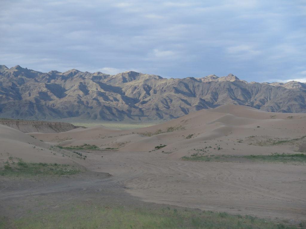 Wüste Gobi Sanddünen Khongoryn Els und Berge im Hintergrund