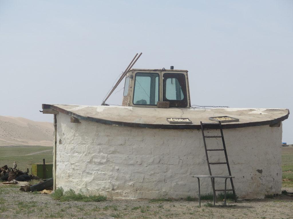 Quarkspeisen werden auf dem Dach getrocknet in der Mongolei