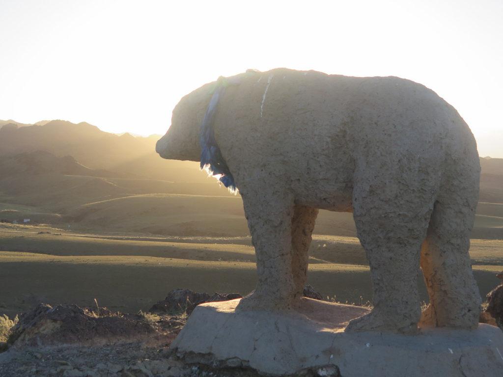 Bärenskulptur im Abendlicht in der Mongolei