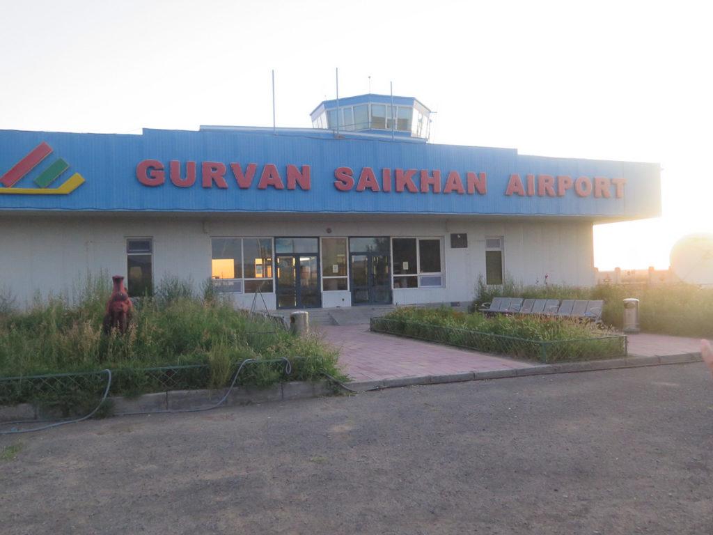 Flughafen Dalanzadgad, Halle mit Verkehrsturm, in rote Buchstaben 'Gurvan Saikhan Airport'