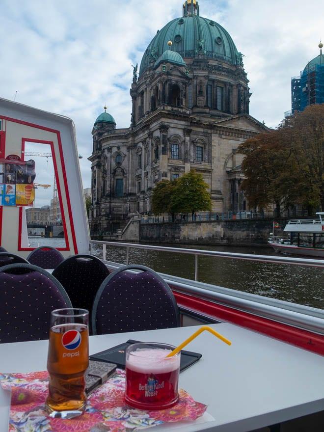 Berliner Dom , im Vordergrund Tisch mit Berliner Weisse in rot