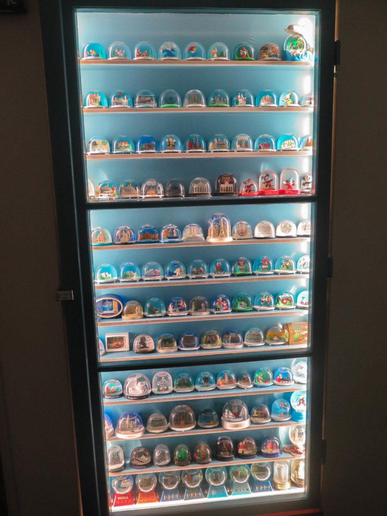 Sammlung Schneekugeln in Glasvitrine, Schrankbeleuchtung