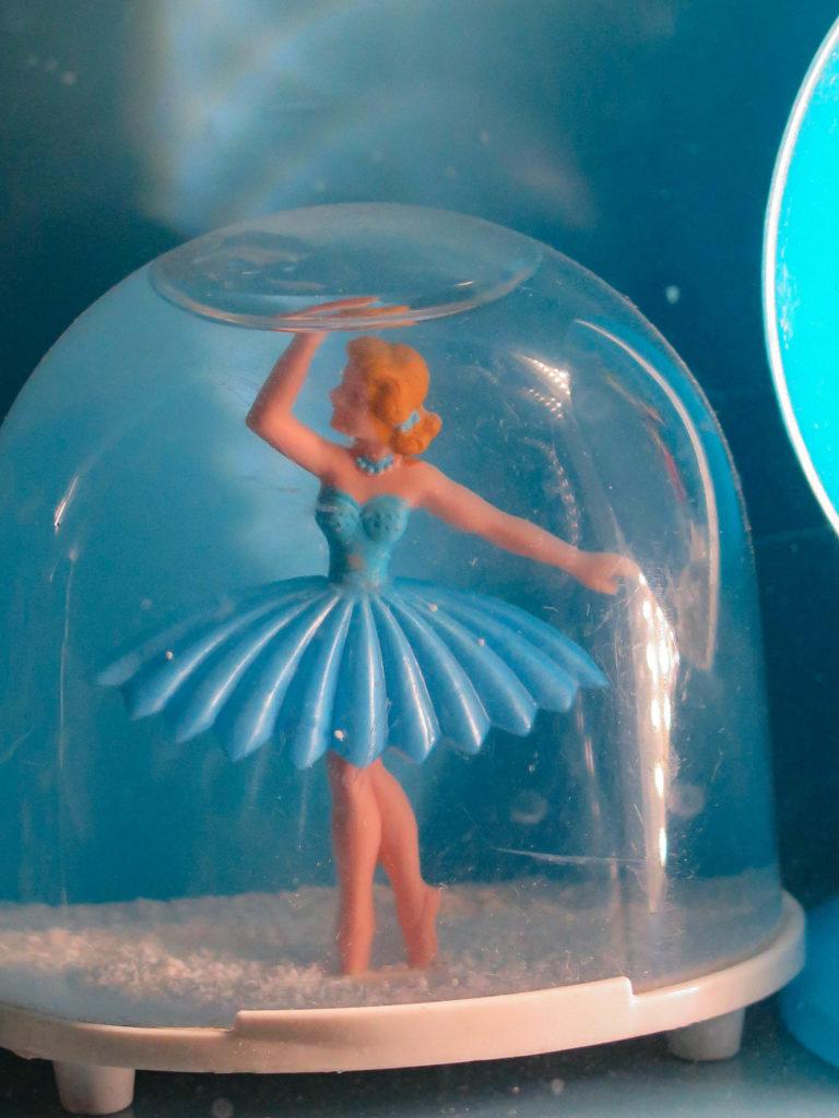 Ballerina in Schneekugel, blaues Kleid