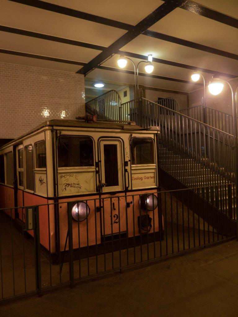 alter Triebwagen zur Schau U-Bahn Klosterstraße, neben Treppe