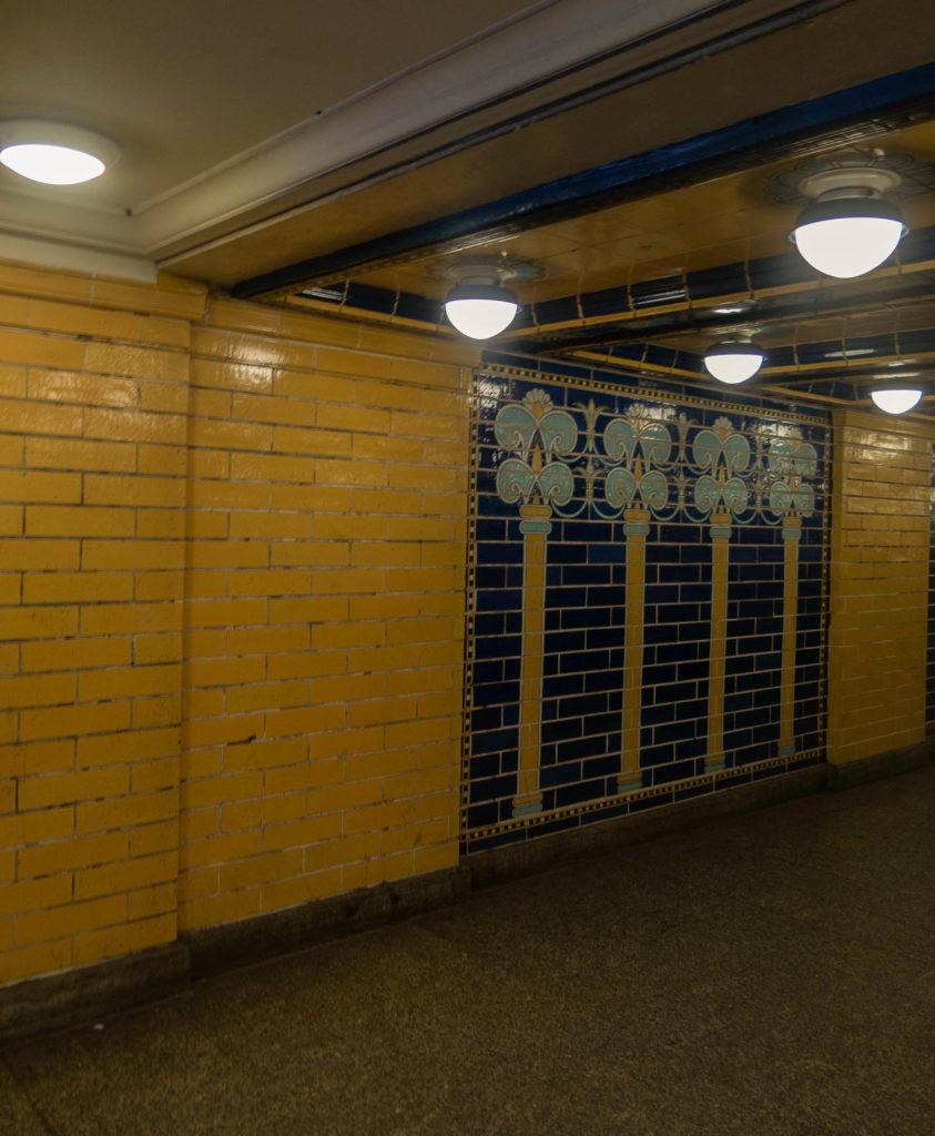 U-Bahn Klosterstraße, gelbe und blaue Kacheln mit Babylonische Palmen