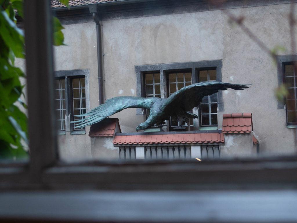 Bronze Adler auf dem Balkon vom Märkisches Museum, Flügel gespreizt