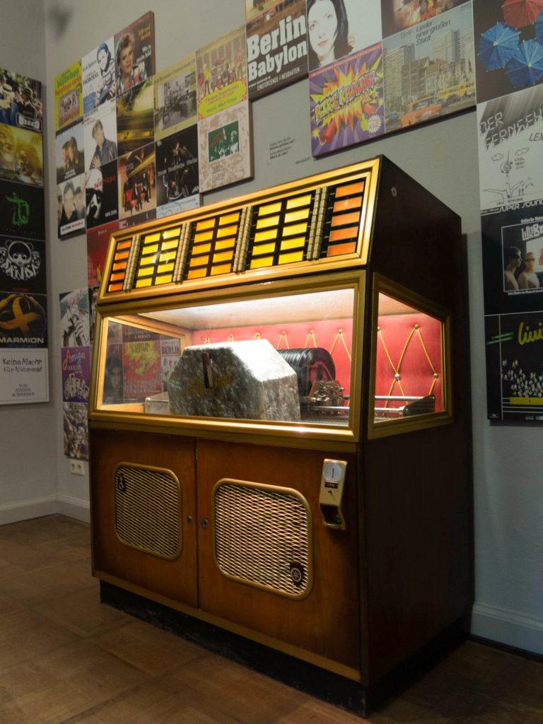 Jukebox Märkisches Museum, an der Wand Plakate von Musiker