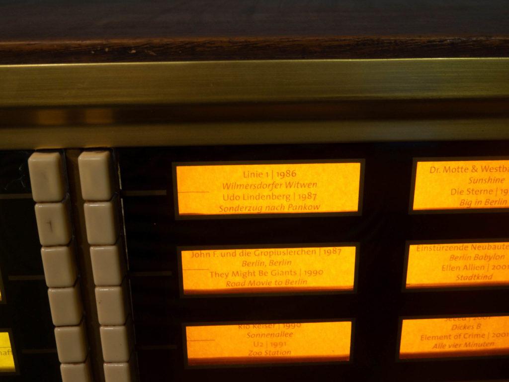 Nahaufnahme Jukebox Märkisches Museum, weiße Knöpfe und wählbare Lieder