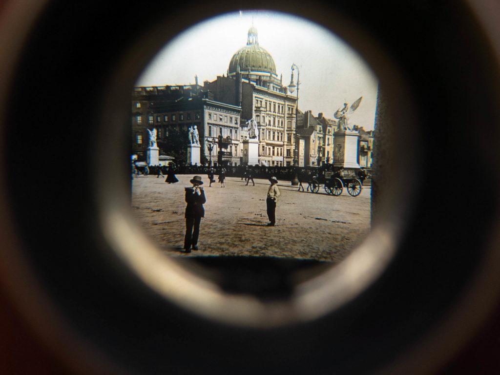 Durchblick Panorama, sepiabild von Berlin, Männer im Vordergrund, hinten Kutsche und der Dom