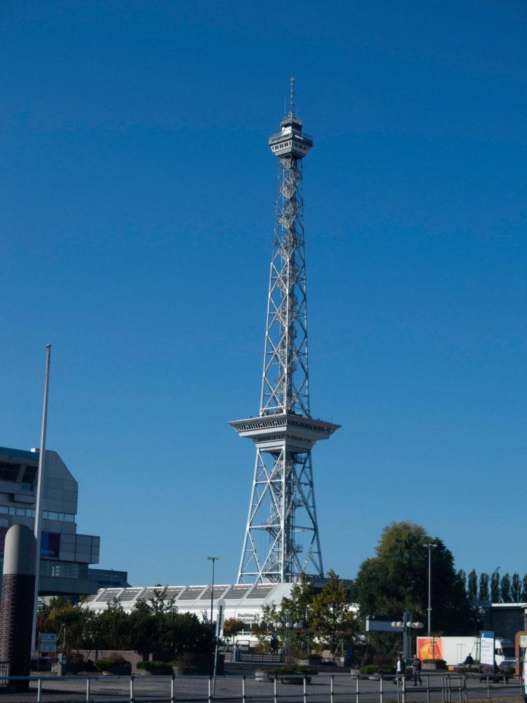Funkturm Berlin Messe, blauer Himmel