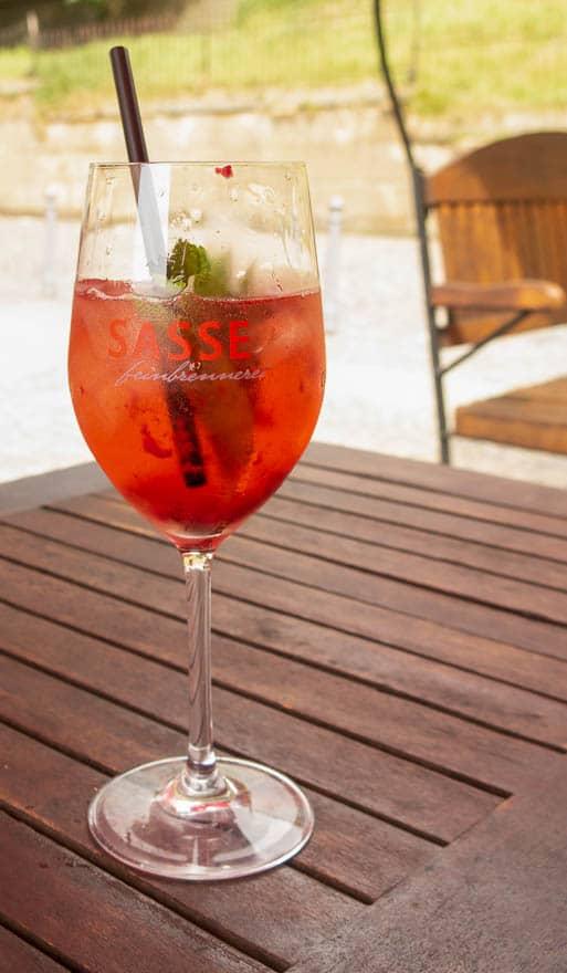 Amerie Bad Bentheim Getränk, rot im Glas mit Minze und Strohhal
