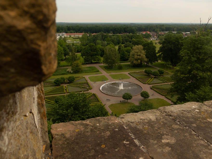 Blick vom Pulverturm Burg Bentheim auf Schlosspark mit Brunnen