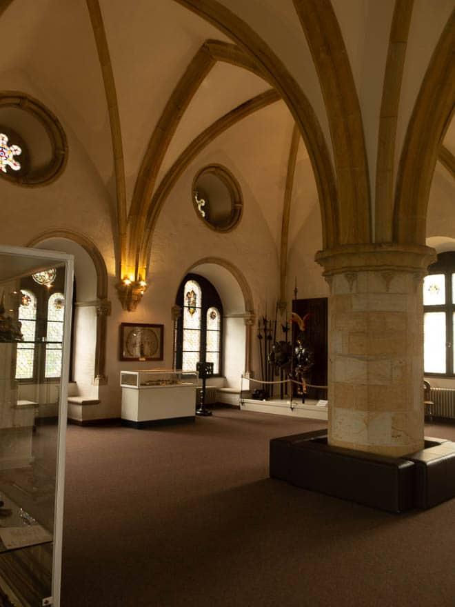 Burg Bentheim innengewölbe Ausstellungsvitrinen