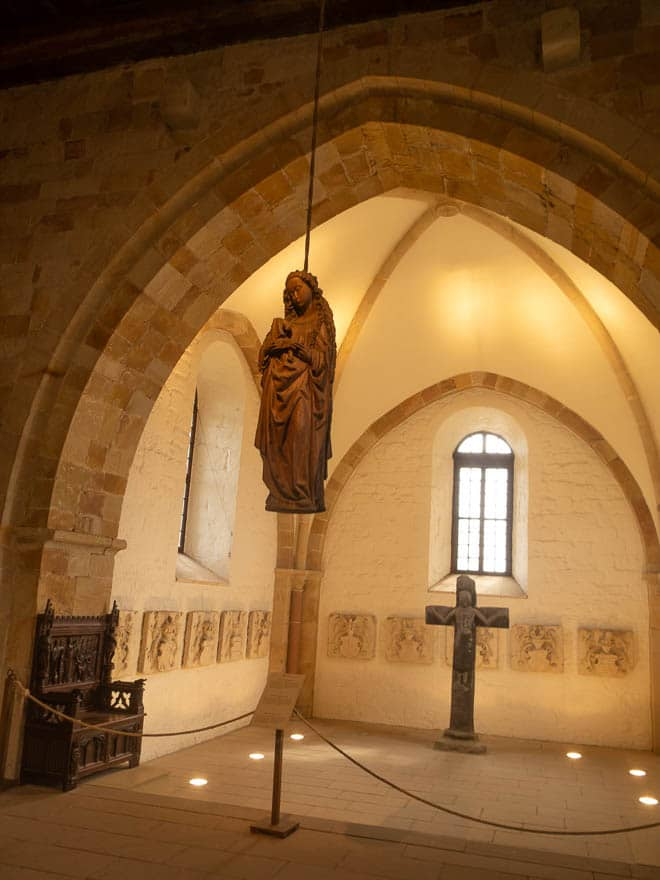 Kircheninnenraum Burg Bentheim Maria hängend von der Decke, im Hintergrund ein Kreuz