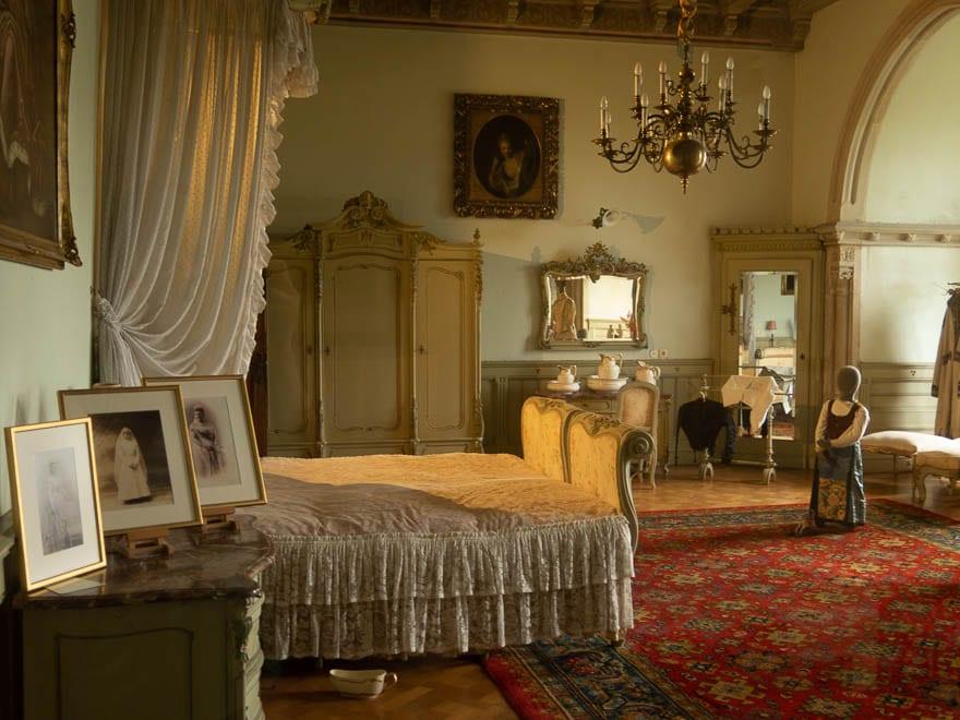 Schlafzimmer Burg Bentheim alles in Weiß und Cremefarben.