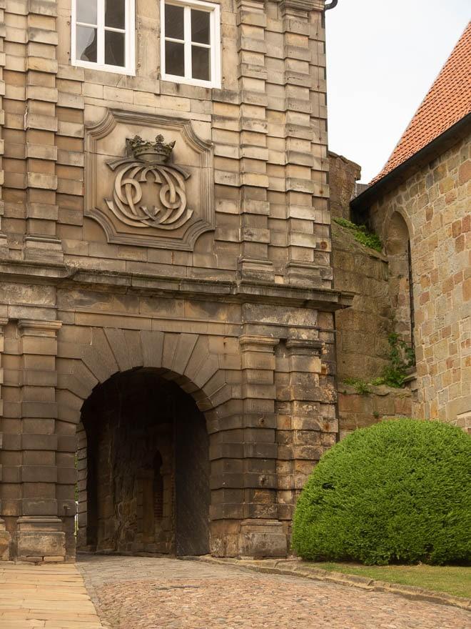 Eingangstor Burg Bentheim aus Sandstein mit Wappen