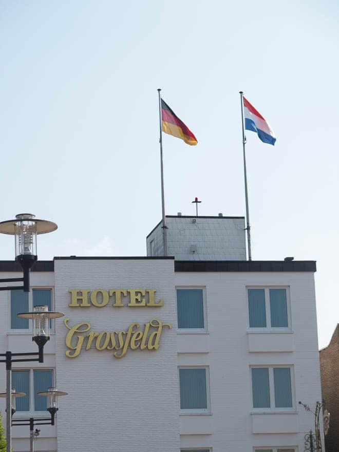 Hotel Grossfeld vorderansicht mit deutsche und niederländische Fahne auf dem Dach