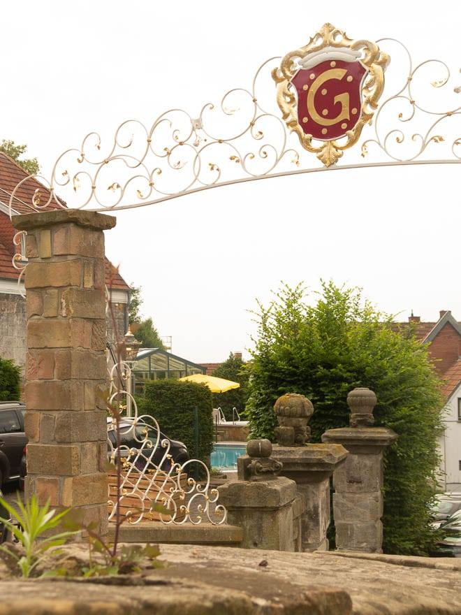 Blick auf Tor und Whirlpool Hotel Grossfeld