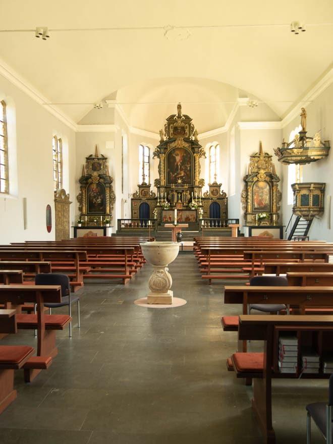 Kirche Bentheim innen mit Altar Taufbecken, hell und weiß