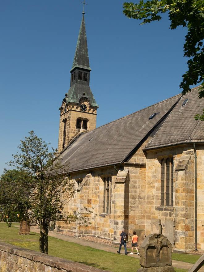 Kirche mit Turm blauer Himmel