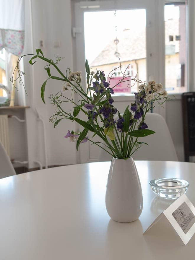 Feldblumen auf dem Tisch im Ciuciubabka