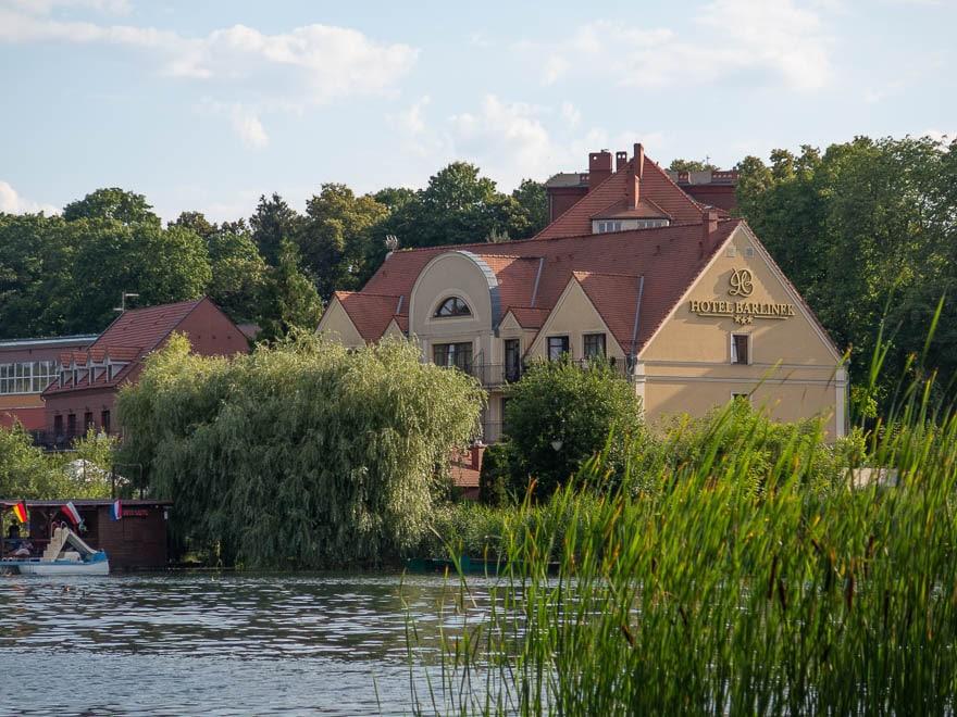 Hotel Barlinek außenansicht mit im Vordergrund Schilf und See