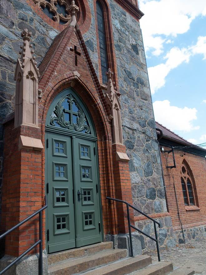 Grüne Außentür Kirche Lippehne, Wände Klinker