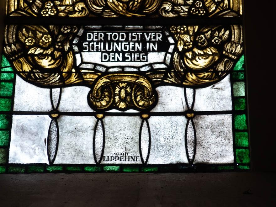 Glasfenster Kirche Lippehne mit Text ' Der Tod ist verschlungen in den Sieg'