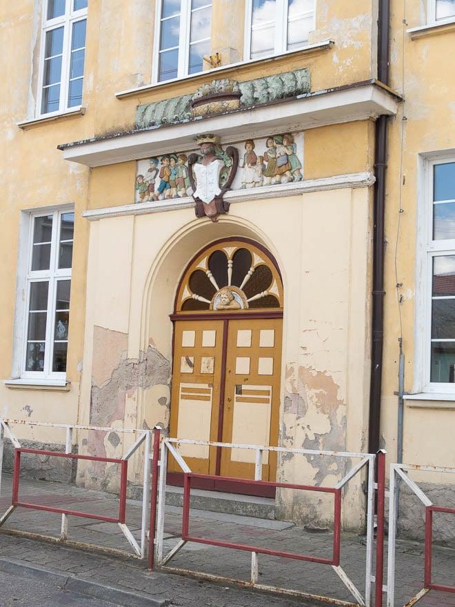 Tür Schule Lippehne, gelb mit Verzierungen