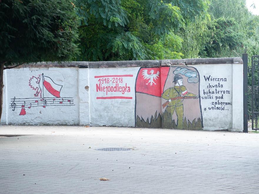 Wandmalerei in Polen bei einer Schule , Militär mit Gewehr und Musiknoten, Polnische Fahne