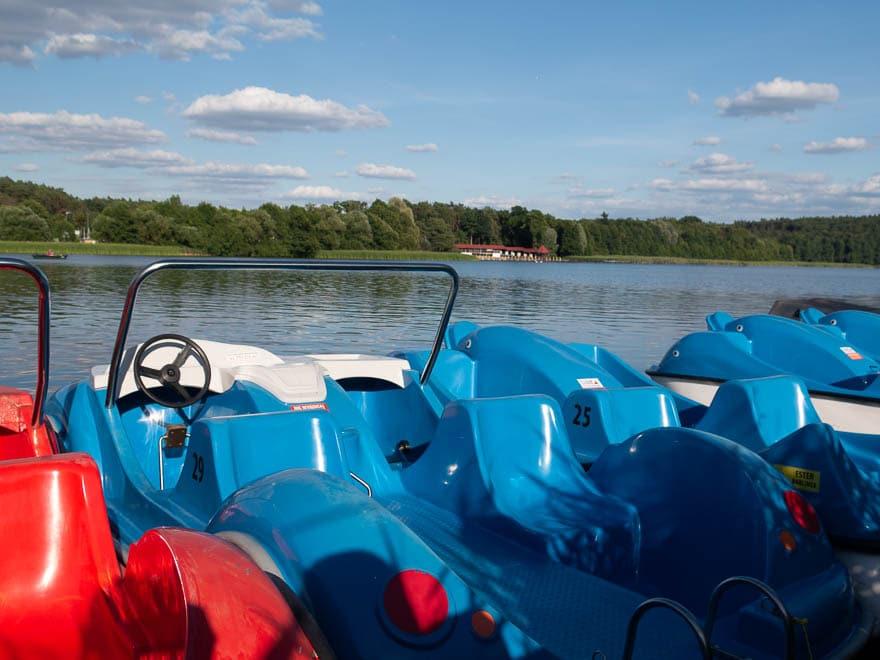 Wassertretboote in blau und rot, Blick auf das Meer, Sonnenschein