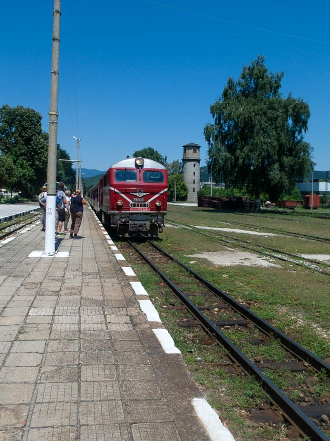 Rhodopenbahn in Velingrad, roter Zug am Bahnhof