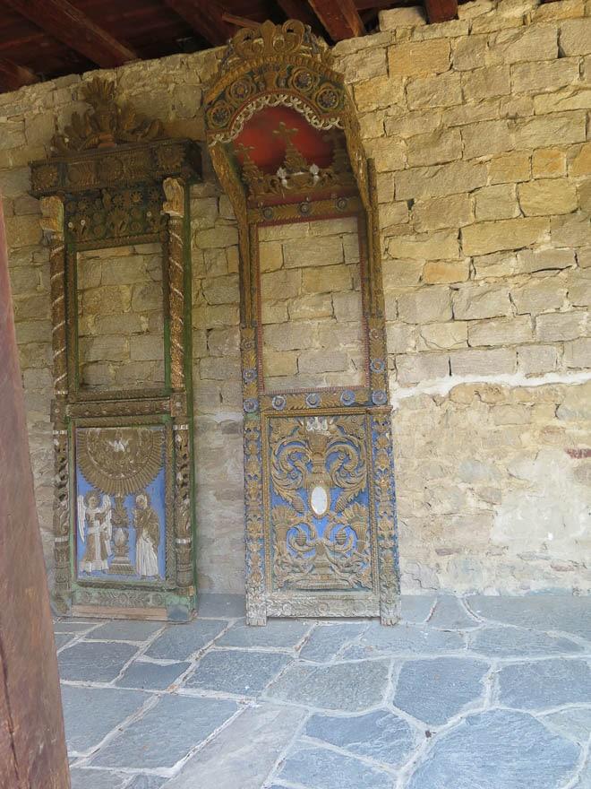 Batschkovo Kloster Schmuckteile lehnen an Holzwand