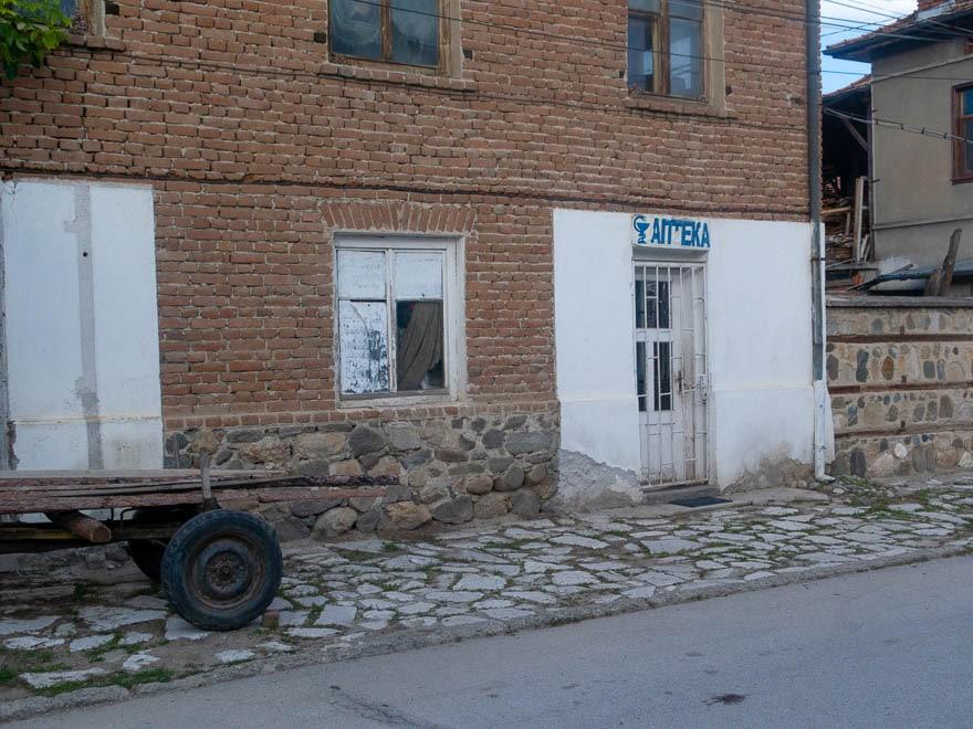 Apotheke in Gorno Draglishte, im Vordegrund eine Karre