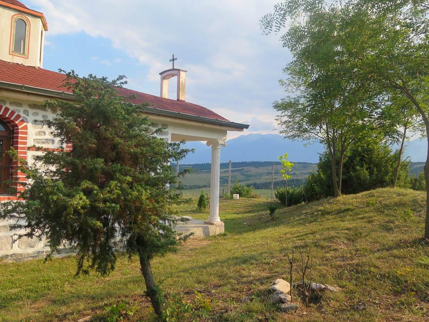 Kapelle auf dem Hügel in Gorno Draglishte im Hintergrund Berge