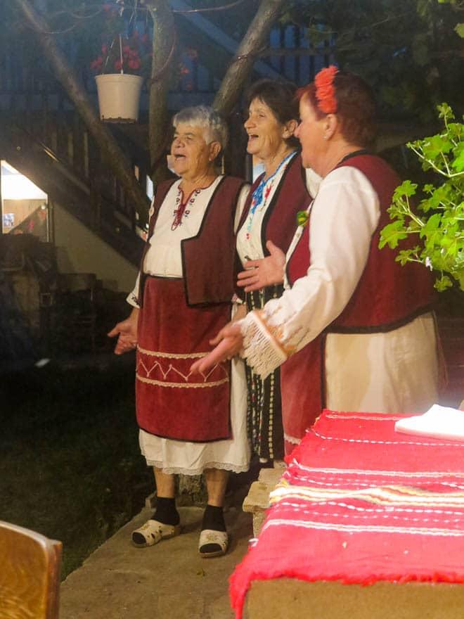 bulgarische sängerinnen in pension Deshka in Gorno Draglishte in traditionelle Kleidung