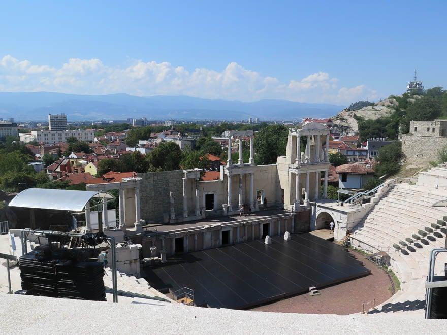 Amphitheater Plovdiv im Hintergrund die Stadt und Rhodopen