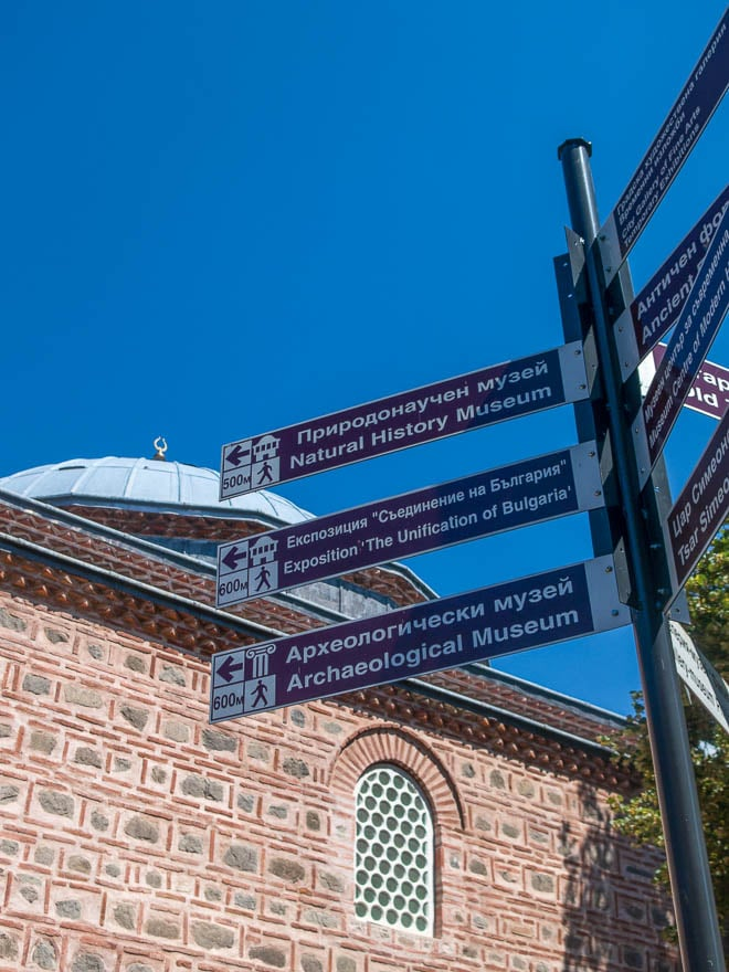 Dschumaja Moschee Plovdiv im Vordergrund Schilder