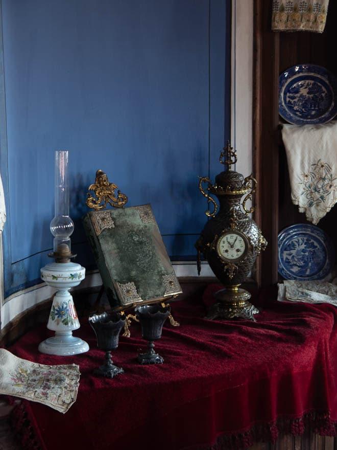 ethnografisches Museum Plovdiv Tisch mit Uhr und Lampe