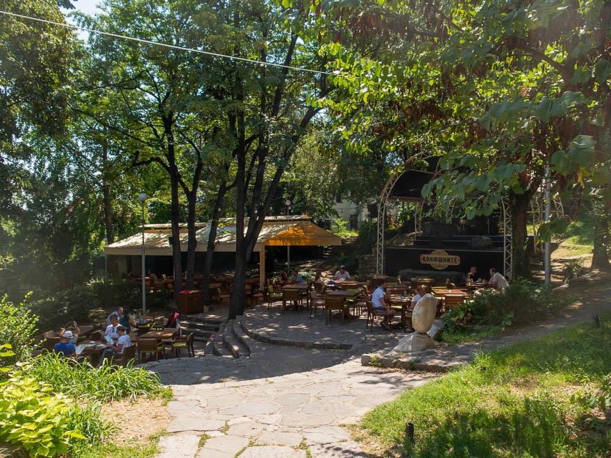 Bar Konushnite Plovdiv Terrasse und Bühne unter Bäumen