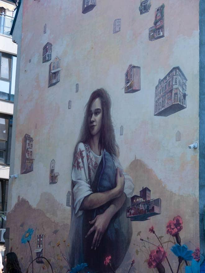 Wandmalerei Frau mit schwebende Häuser Plovdiv