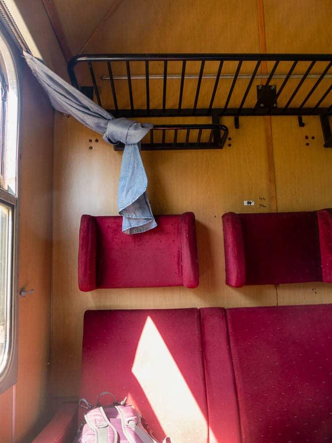 Zug in Bulgarien, Abteil mit roten Sitzen