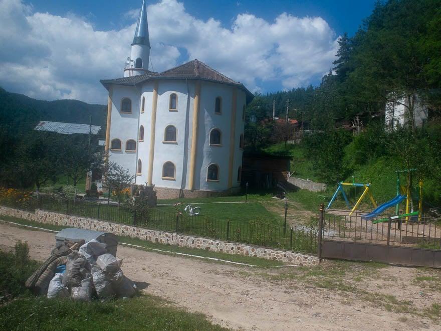 Moschee in den Rhodopen, vorne Spielplatz